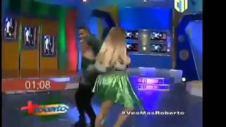 Toxic crow y la insuperable se roban el show bailando salsa en más roberto