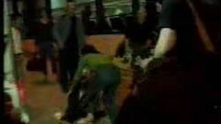 YouTube動画:Bjork attacks a reporter