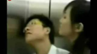 电梯里MM的大胆动作 thumbnail