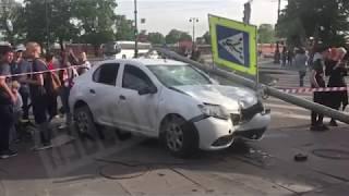 Смотреть видео #Автомобиль врезался в пешеходов! онлайн