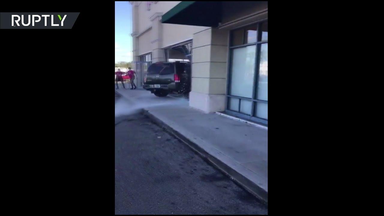 Недовольная обслуживанием женщина на внедорожнике протаранила витрину магазина