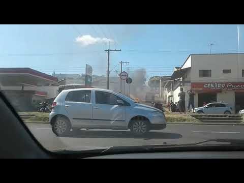 Carro pega fogo no bairro Santo Antônio em Araxá