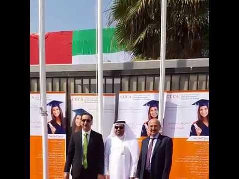 السيد عبد العزيز الجسمي، عضو مجلس إدارة الكلية، يرفع علم دولة الإمارات