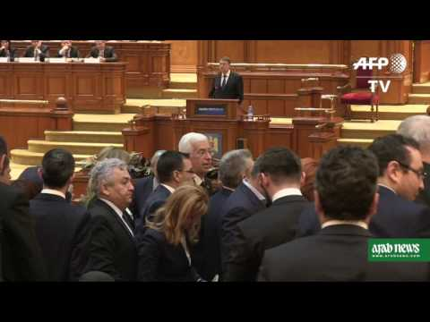 Romania  MPs walk out of parliament after Iohannis calls to quit