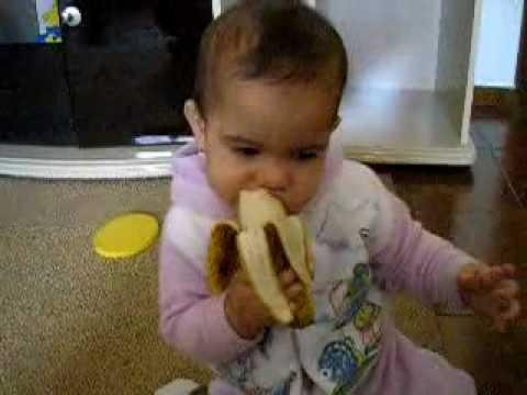 Agata comendo banana