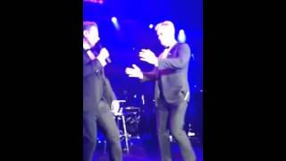 Maximum Robbie singing live with Robbie Williams