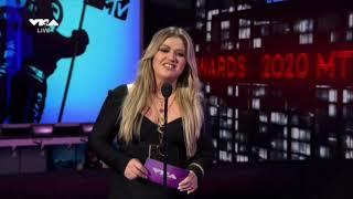 "Kelly Clarkson - Presenter ""Artist of the year"" (2020)"
