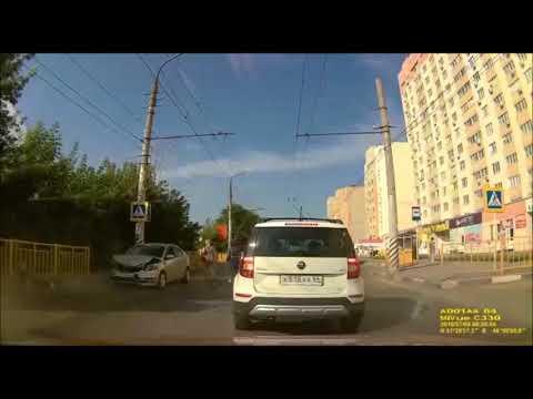 В Саратовской области столкновение двух автомобилей закончилось наездом на пешехода