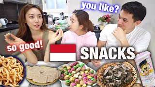 FOREIGNERS TRY TRADITIONAL INDONESIAN SNACKS FOR THE FIRST TIME! KUPING GAJAH? WHAT????