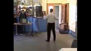 Очень классно танцует мужик  аж позавидовал(На свадьбе мужик, отрывается и отжигает по полной танцует классно ))))) рекомендую реально всем посмотреть !!!!, 2013-12-30T19:48:17.000Z)