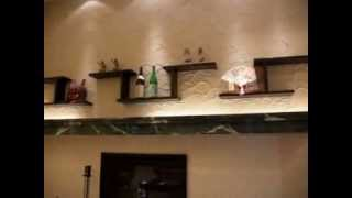 リッチモンドホテルの秋田駅前店フロントの様子です。壁にはなまはげさ...