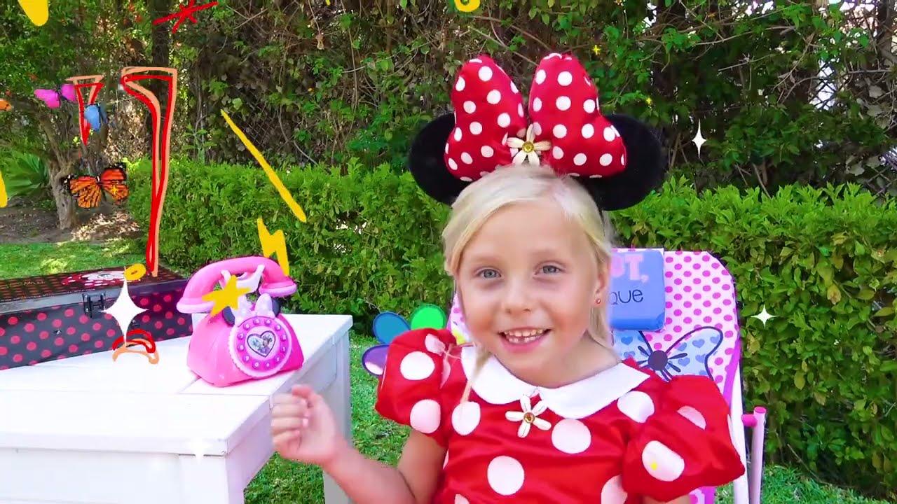 Alice y la pequeña Eva perdieron huevos sorpresa con muñecas en el trampolín con tobogán para niños