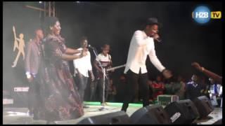 Mama Ben Pol amemshangaza mwanae kwa kutokea stejini bila kujua