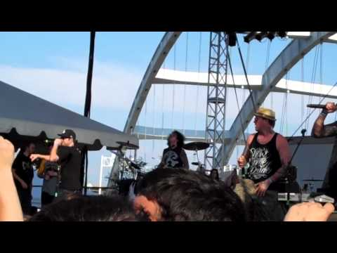 Hollywood Undead - Dead In Ditches (Live @ Bonzai)