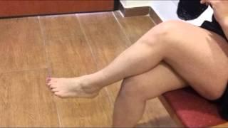 Repeat youtube video MIstress carthusia -Dondolamento Dangling tacchi e autoreggenti nere piedi calze