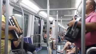 Români în Catalania cântând melodie braziliană