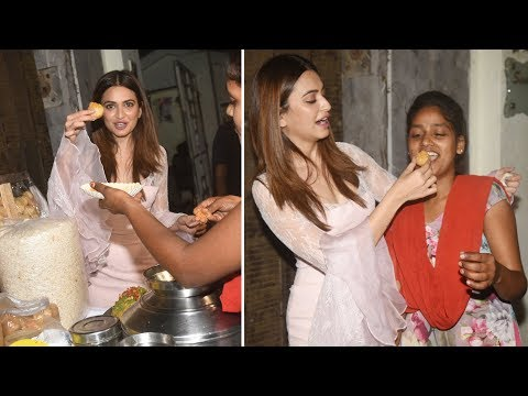 Kriti Kharbanda Eating Gol Gappe On Street | Shaadi Mein Zaroor Aana