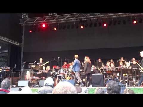 """Johannes Oerding """"Traurig aber wahr"""" live beim Charitone in Hamburg"""