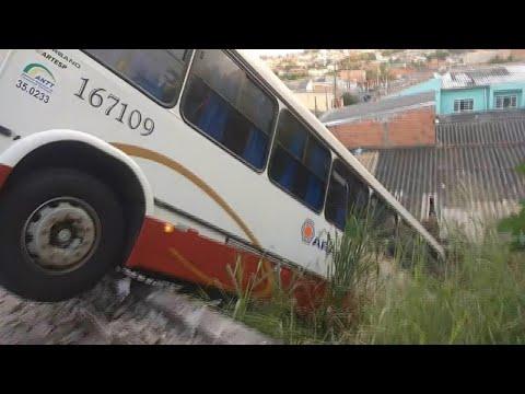 Menor furta ônibus, provoca acidente e é agredido pela população | SBT Brasil (30/04/18)