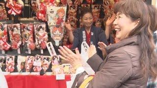 師走の風物詩「羽子板市」が17日朝、東京都台東区の浅草寺で始まった...