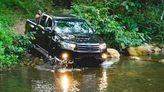 TOYOTA HILUX 4x4 vs RIVER IN RAINFOREST