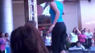 niña rica chilena bailando aerobics en el mall