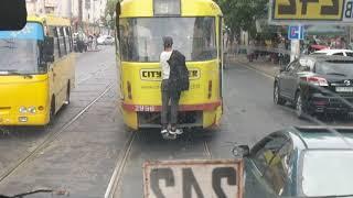 В Одессе безбилетник зацепился за трамвай