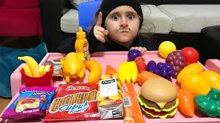 Marketçi Amca Aslı Ablaya Zorla Meyveler Ve Bisküviler Sattı. Eğlenceli Çocuk Videosu