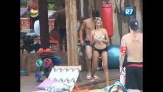 BBB13 Gabriela leva tapas de Victor Hugo e faz piada com o próprio corpo