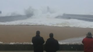 Large wave causes panic in Portugal