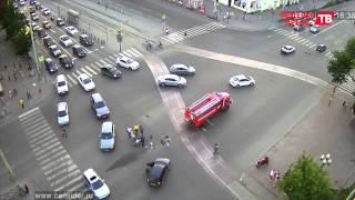 Камеры видеонаблюдения сняли как скутер врезался в «пожарку» в Екатеринбурге(, 2015-06-30T08:29:01.000Z)