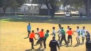 معركة في كرة القدم ضد حكم انتهت بطرده