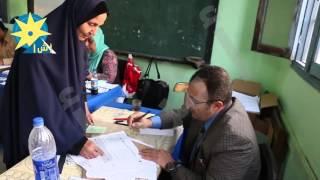 سيدة مسنة حرصت علي الحضور لتدلي بصوتها في الانتخابات البرلمانيه في دائرة الخليفه