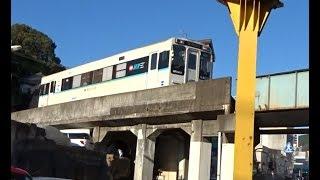 松浦鉄道の佐世保中央駅近くのトンネルから出て高架のガードを走行していく西九州線下りMR600形