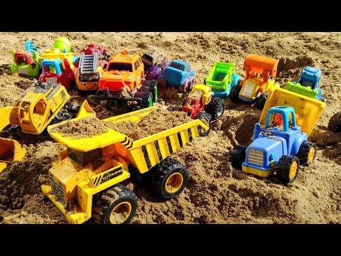 Малыш весело играет с машинками игрушками в песочнице. Детское видео. Видео для детей. Машинки.