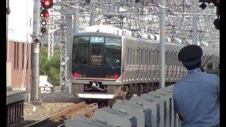 ホームドアが設置されている大阪駅電車線ホームを出発していく東海道本線上り321系