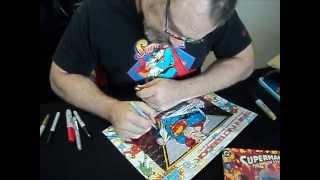 Jon Bogdanove firmando material en Comic Con Chile.