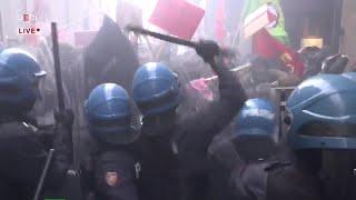 Bologna, scontri tra polizia e manifestanti in protesta per il comizio di Forza Nuova