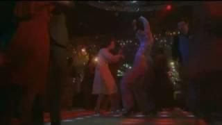 """Discjockey animando el baile de Tony Manero - """"Fiebre del Sábado Noche"""" (1977)"""