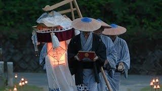 念仏唱和、練り歩くすげ笠の男たち 綾渡の夜念仏と盆踊