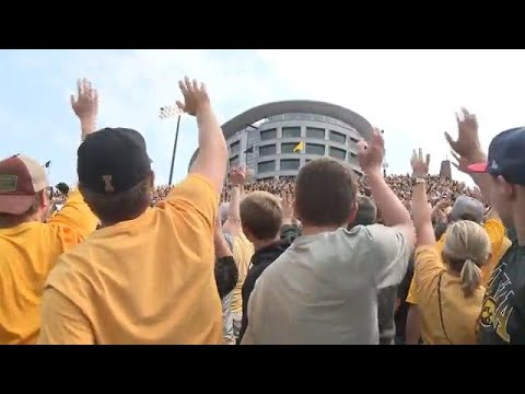 WHO-HD: Kids and families react to a wave from Kinnick's crowds