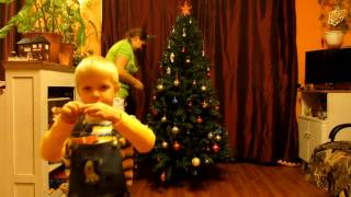 видео Наряжать ли малышу новогоднюю елку?