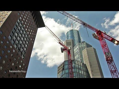 Frankfurt: Kran im Bankenviertel droht umzukippen
