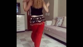Seksi Kızmızılı Taylı Kız Kıvırıyor Roman Havası Oryantal Dansı