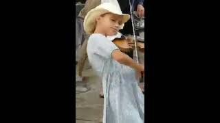 Young girl Playing Despacito on Violin Street Performance.