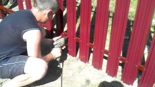 видео Забор из металлического штакетника: установить самостоятельно