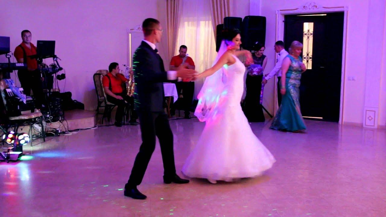 Танец вальс в ресторане видео