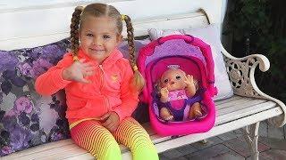 डायना और बेबी डॉल बाहर खेल के मेदान में खेलते हैं Diana and Baby doll play at the playground