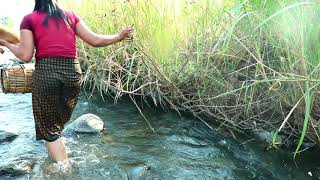 Фото Primitive  N Forest One   Woman Finding Catching Frog For Dog Si   Cook Frog Catching Crocodile One