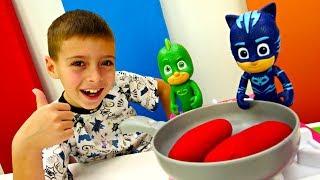 Герои в Масках готовят макароны с сосисками. Игры для Детей